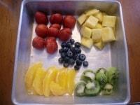 フルーツを一口大にカットする