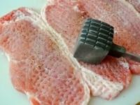 豚肉に下味をつけてたたく