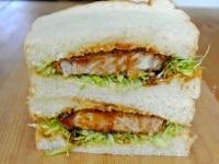 サンドイッチを半分に切る