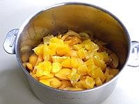 びわ、オレンジ、レモン汁、砂糖を合わせる
