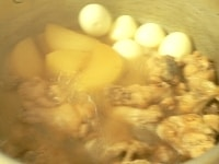 茹で卵を入れて煮る