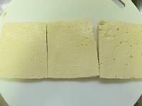 豆腐を三枚に切る