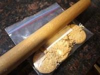 ビスケットを砕いてバターを混ぜる