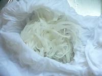 玉ねぎをスライスして水の中でもみ洗いする
