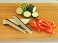 夏野菜を切る