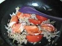 トマトを加え、炒める