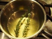 ローズマリー風味の白ワインを作る