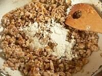 肉を炒め、ワインを入れて炒め、小麦粉を入れて炒める