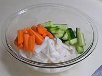 大根、ニンジン、きゅうりを短冊切りにし、塩と砂糖をふる