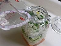 容器に1と2を入れ、砂糖と塩を加えた水を加える