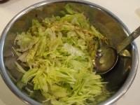 野菜を刻んで調味料を入れる