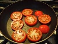 トマトをフライパンに並べる