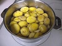 鍋を火にかけ、沸騰したら弱火で20分茹で、冷水にさらす