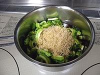 鍋にゴーヤと調味料を入れる