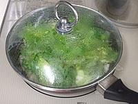 蓋をして中火で3分蒸し煮する