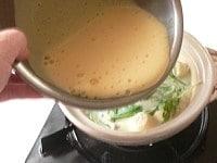 煮立ったら泡立てた卵を一気に流し入れる