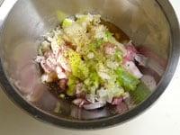 肉、醤油、酒、ニンニク、生姜、コショウを入れ混ぜ合わせる
