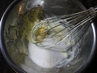 バターにグラニュー糖を混ぜる