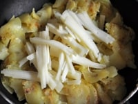 全体に火が入ったら、刻んだチーズを加え混ぜ合わせる