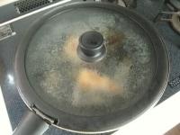 ひっくり返し酒を入れて蒸し焼きにする