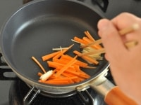 生姜とにんじんを炒める
