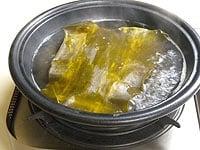 鍋にだし昆布、鰹だし、酒を入れる