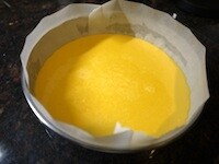 型に入れ、オーブンで焼く