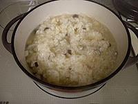 ブイヨンを加え、中火弱でかき混ぜながら炊く