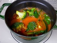 ブロッコリーを加え、蓋をして3分煮る