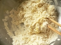 ぬるま湯と溶かしバターを加えて混ぜる