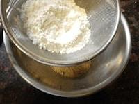 薄力粉をふるう