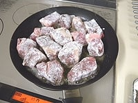 肉に、塩、コショウを揉みこむようにして、小麦粉をまぶす