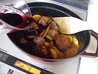 赤ワイン、デミグラスソース、水を加える