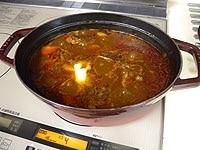 野菜と味噌を加え30分煮込み、バターを加える