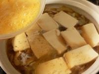豆腐に火が通ったら溶き卵を流し入れる