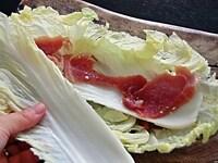 白菜と豚肉を重ねる