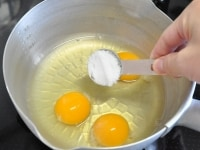 鍋に卵と調味料をすべて合わせる