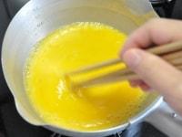 箸で混ぜながら火を通す