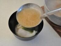 別鍋で作った味噌汁をそそぎ入れる