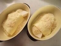 グラタン皿に材料を盛り付ける