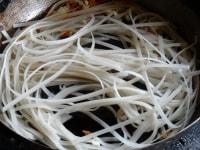 麺を炒める