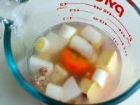野菜と水を加えてレンジ加熱