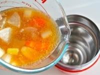 熱々のうちにスープジャーに注いでフタをする