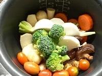 堅い野菜を釜壁にくっつけて並べる