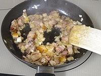 バターでベーコンと玉ねぎを炒める