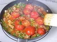 ミニトマトを加え、塩、コショウで味を調える