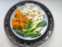 皿二枚の間に水を入れて野菜をのせる