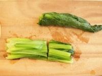 小松菜を茹でて切る