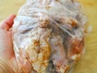 ビニール袋にスパイスと肉を入れてもみこむ