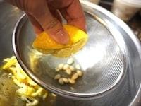 果汁を絞る